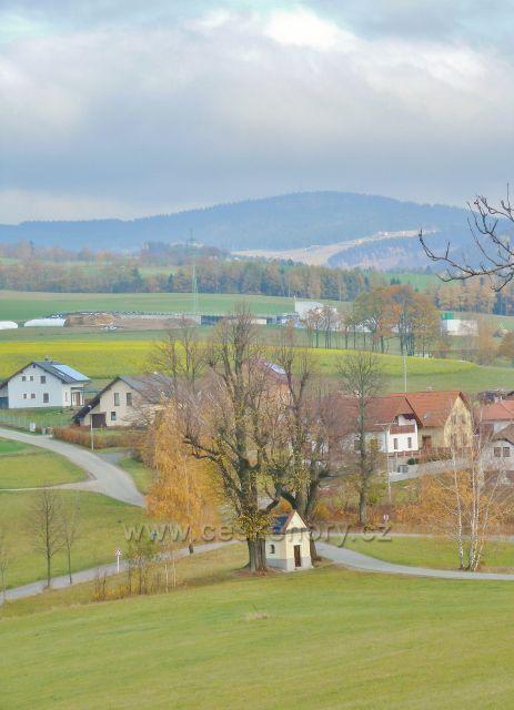 Pohled z úbočí Cikánského kopce ke kapličce nad obci Bystřec, v pozadí vystupuje Buková hora