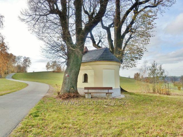 Kaplička u silničky z Cikánského kopce do obce Bystřec