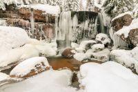 Zimní pohled na hlavní vodopád na Jedlové.
