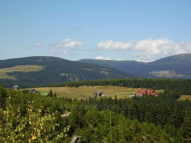 Pohled na Kolinskou boudu a Studnicni horu