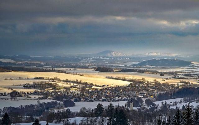 Výhled na Andělskou Horu, Světlou Horu, Bruntál a na Velký a Malý Roudný.