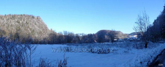Vzadu Černovír, vlevo vrch Vadětín