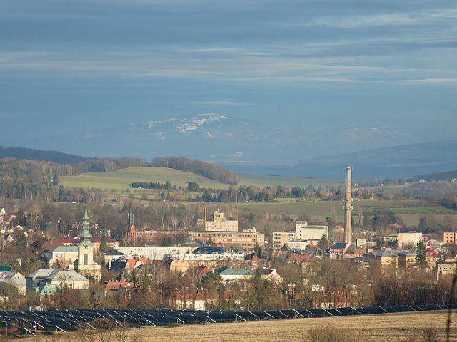 Výhled na Varnsdorf - v pozadí prosvítá z mraků zasněžená hora Smrk v Jizerských horách