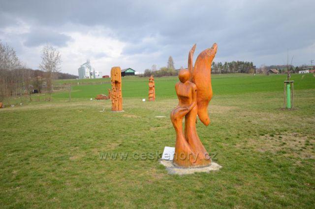 Dřevěné sochy u Ekocentra