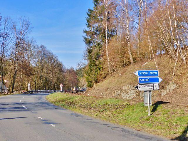Malá Morava - silniční ukazatel před železničním přejezdem