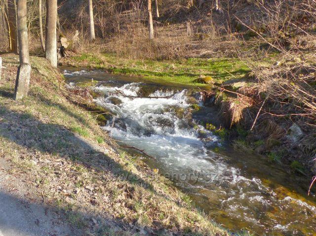 Potok Malá Morava u autobusové zastávky U Trundů