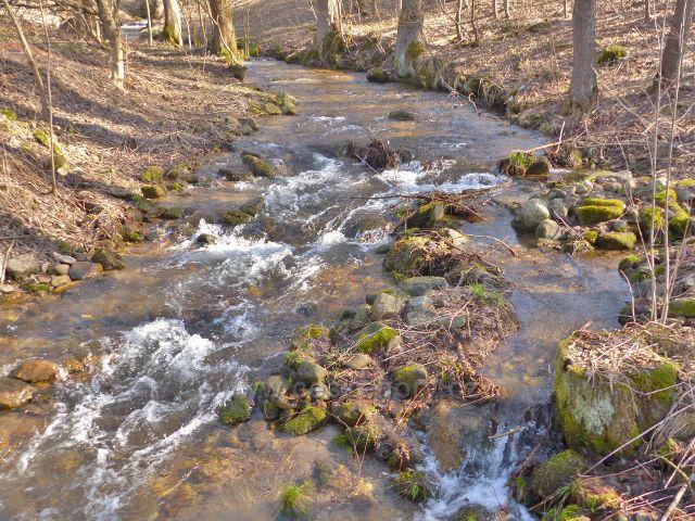 Malá Morava protéká osadou Sklené, která je součástí obce Malá Morava