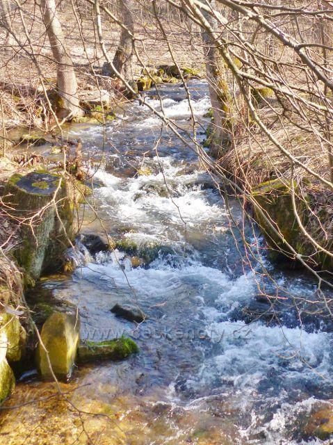 Potok Malá Morava protéká osadou Sklené, která je součástí obce Malá Mora\va