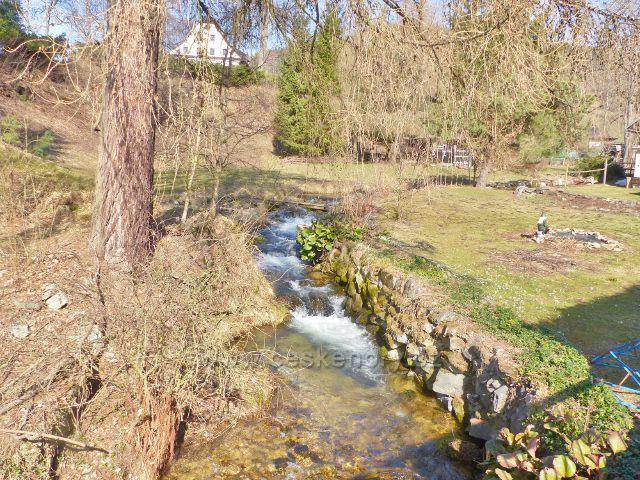 Potok Malá Morava protéká osadou Sklené