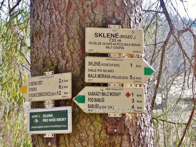 Turistický rozcestník Sklené(rozc.)na žluté a zelené turistické trase