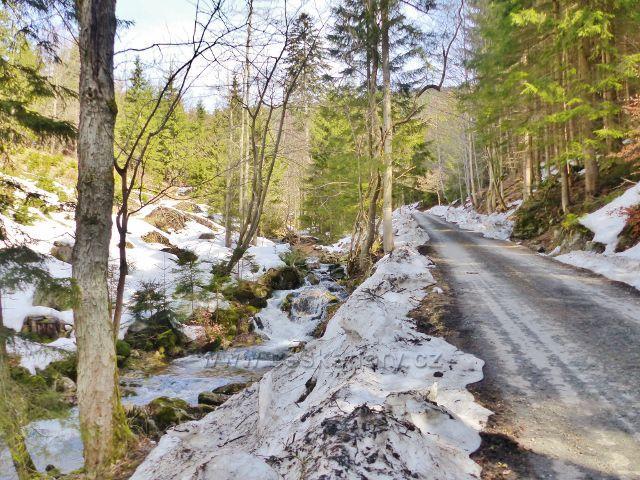 Sklené - silnička podél toku Malé Moravy pozvolna stoupá až pod Babuši