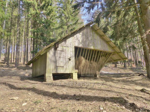 Sklené - Krmelec pro vysokou zvěř u cesty na Dolní Moravu
