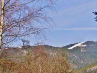 Dolní Morava - pohled z úbočí Chlumu na Slamník a Stezku v oblacích