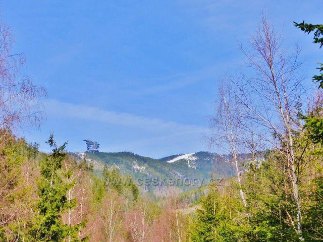 Dolní Morava - pohled z úbočí Chlumu na Stezku v oblacích a zasněženou  sjezdovku na Slamníku