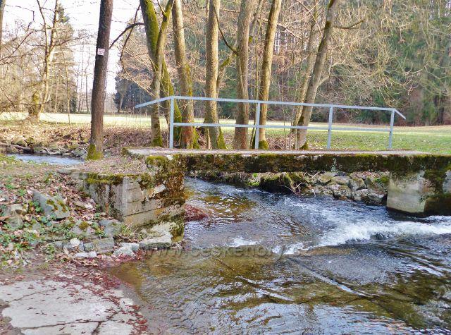 Mostek a brod přes Rokytenku pod Kunvaldským rybníkem