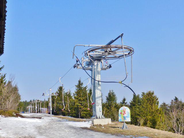 Polský lyžařský vlek podél státní hranice na hřebeni Šerlichu