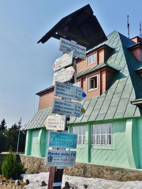 """Turistický rozcestník """"Šerlich-Masarykova chata, 1014 m.n.m."""""""