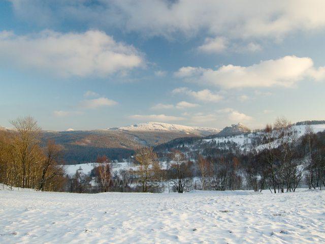 Výhled na Tolštejn a Pěnkavčí vrch.