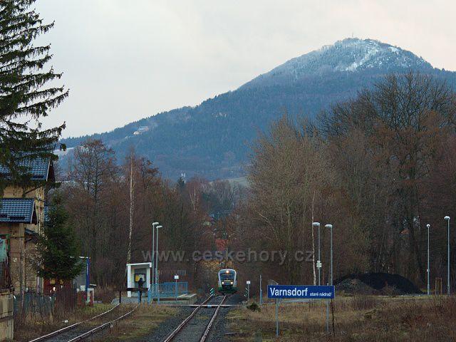 Varnsdorf staré nádraží, v pozadí hora Luž.