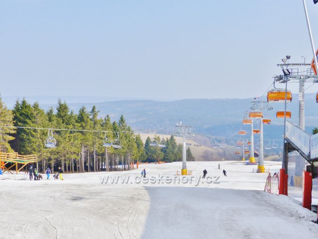 Šerlich - zatím co na sjezdovkách na české straně sníh zmizel, na polské straně Šerlichu se stále lyžuje (Skiareál Zieleniec)
