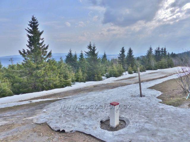 Šerlich - běžecká trasa po polské straně úbočí Šerlichu v Šerlišském sedle opouští státní hranici a za silnicí pokračuje po našem území na Velkou Deštnou