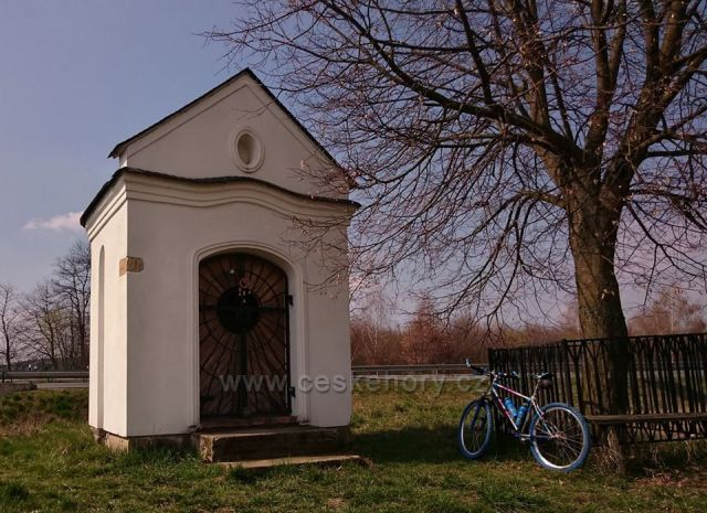 Kaplička u komunikace poblíž Postřelmova
