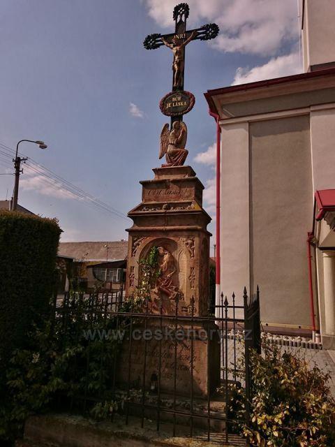 Chromeč - kříž u kostela sv. Jana Nepomuckého