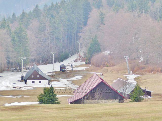 Šerlich - pohled k dolní stanici lyžařského vleku Skiareálu Šerlich