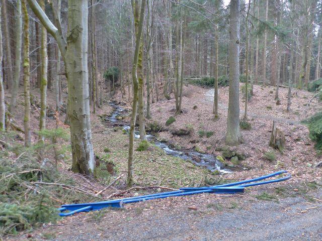 Mostek přes Kamenitý potok(levostranný přítok Moravy) zničený v důsledku větrné vichřice