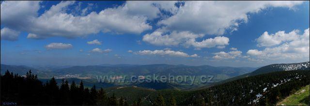 Pohled z Šeráku do údolí k Bělé pod Pradědem