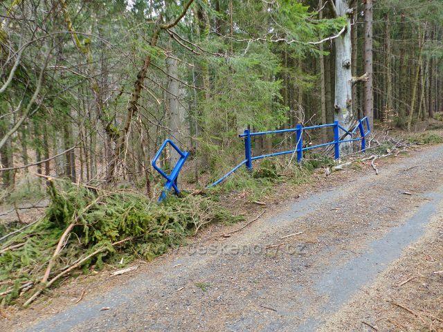 Poškozené zábradlí mostku přes Kamenitý potok jako důsledek větrné vichřice