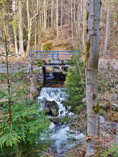 Ústí Hlubokého potoka do Moravy má charakter malého vodopádu
