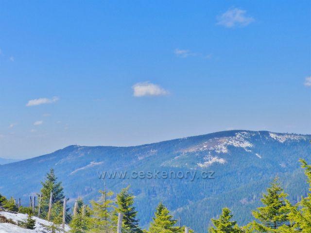 Pohled z úbočí Uhliska na protilehlý vrchol Hleďsebe a Klepáče s rozhlednou