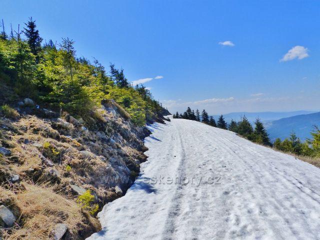 Setrvávající sníh na běžecké trati po úbočí Uhliska