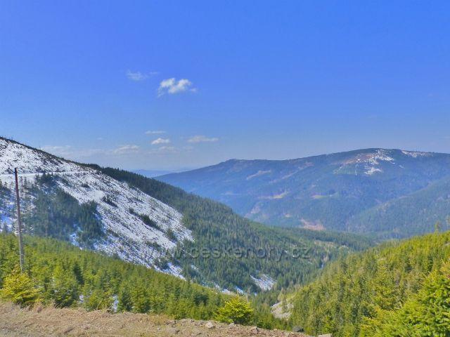 Pohled do údolí V Roklích. Na obzoru je hřeben Hleďsebe - Klepáč