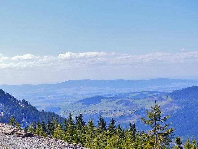 Pohled do Králické kotliny. Na obzoru se rýsuje masív Suchého vrchu