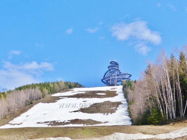 Poslední zbytky sněhu na sjezdovce skiareálu Vista