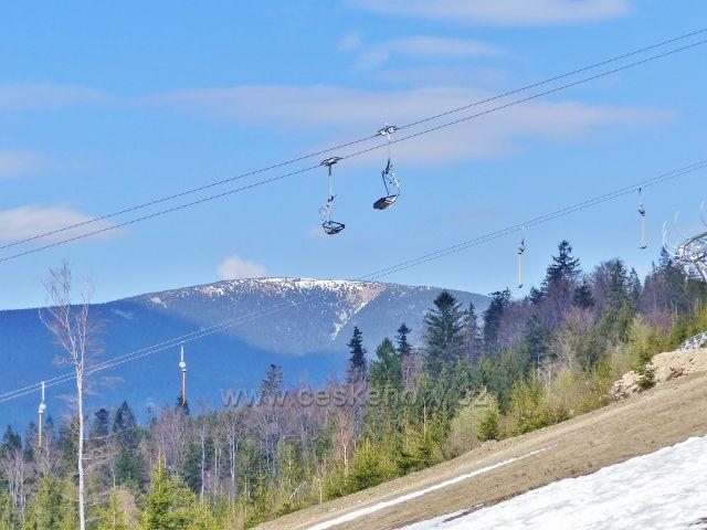 Lanová dráha Sněžník končí u Stezky v oblacích. V pozadí Králický Sněžník