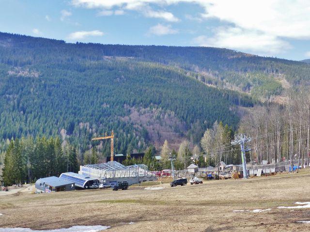 Dolní stanice lanovky Sněžník a protilehlý horský hřeben Klepáč - Hleďsebe