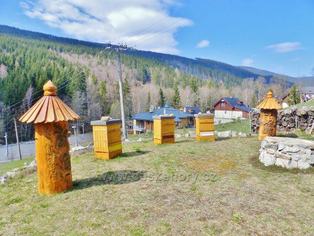 Dolní Morava - stylové úly nad horním parkovištěm
