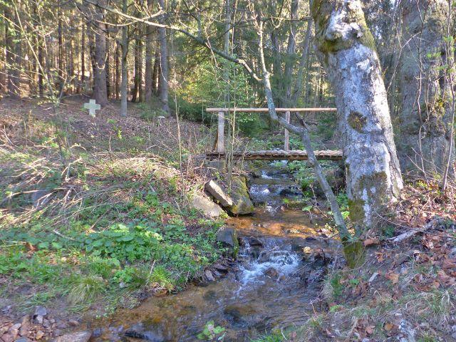 Mostek přes potok Hvězdná a křížek nad ním
