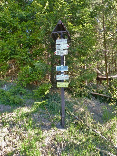 """Turistický rozcestník """"Pod Zadním vrchem,660 m.n.m."""" a bod záchrany RK 013"""