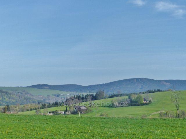 Pohled z Polova kopce k vrchu Zakletý