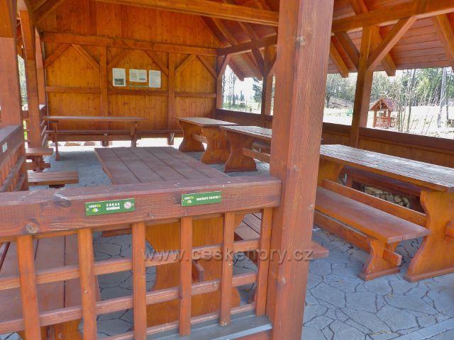 Panské Pole - interiér turistického přístřešku před Panskou hájovnou