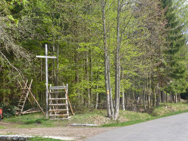 Panské Pole - dřevěný kříž před bývalou Panskou hájovnou