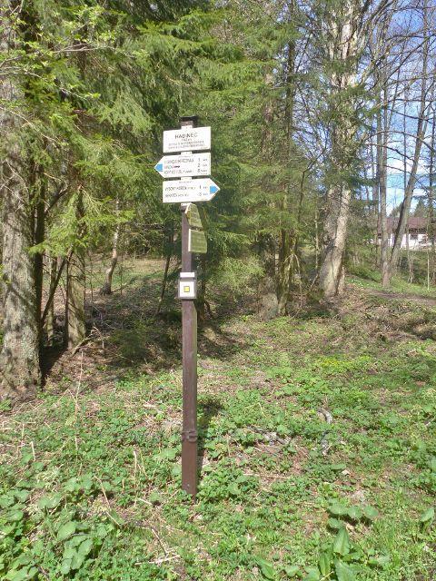 """Turistický rozcestník """"Hadinec, 743 m.n.m."""""""
