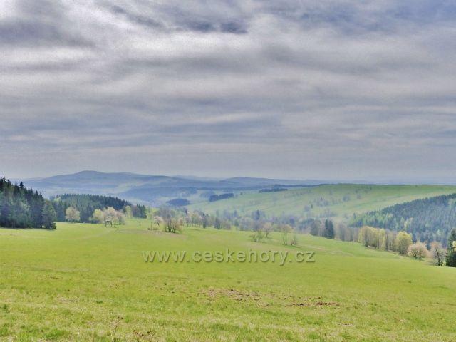 Pohled na pastviny Vrchní Orlice,na obzoru se rýsuje Bukovohorská hornatina se Suchým vrchem