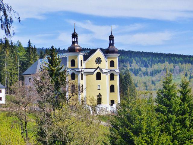 Neratovský kostel Nanebevzetí Panny Marie má nové věže