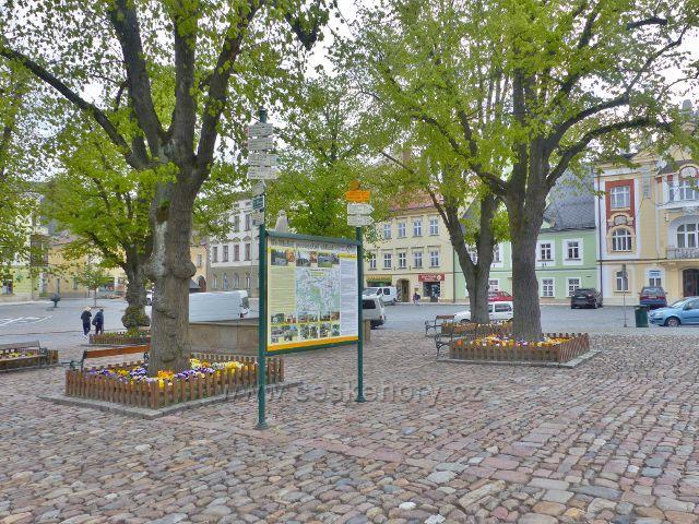 Králíky - turistický rozcestník na Velkém náměstí