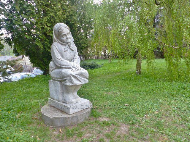 Králíky - Socha Babička z roku 1991 je jedním z výtvorů sochařského symposia